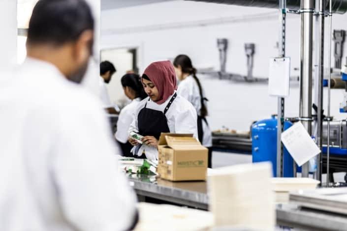Vikar medarbejder hjælper i køkken