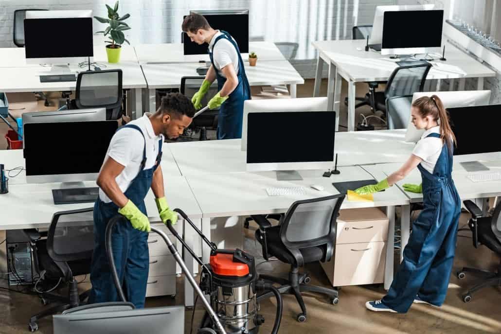 Vikarer til rengøring støvsuger og vasker kontor